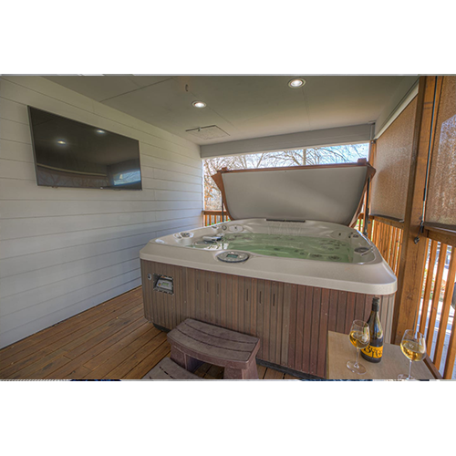 2-Night Getaway in Fredericksburg, TX Back porch hot tub